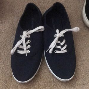 Causal navy blue sneakers